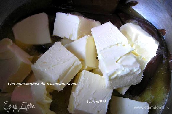Шоколад поломать на кусочки, нагреть в кастрюльке на водяной бане до расплавления. Добавить сливочное масло, перемешать до однородности, снять с водяной бани.