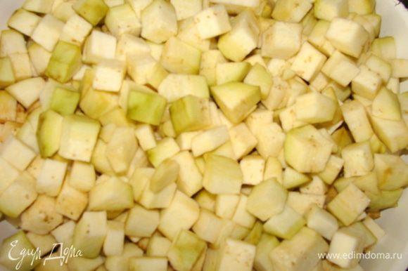 Баклажаны нарезать произвольно. Опустить в маринад, в котором были перцы, варить 5-7 минут. Слить на друшлаг.