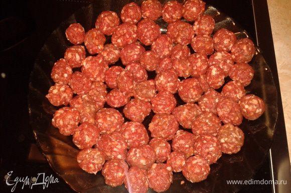 Мясо и чеснок прокрутить через мясорубку, добавить соль, перец и сделать фрикадельки.