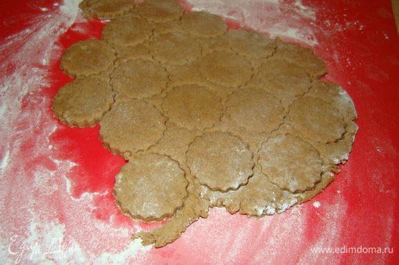 На припыленной мукой поверхности раскатать тесто, разрезать на квадраты или воспользоваться любимой вырубкой для печенья