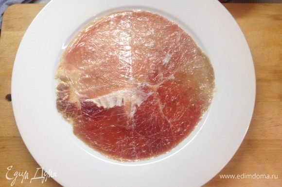 Аккуратно снять пленку и выложить плоский мясной круг на тарелку. Посолить поперчить, сбрызнуть хорошенько соком одного лимона.