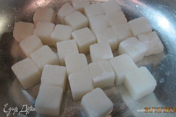 Сахар-рафинад выкладываем в таз и смачиваем его водой.