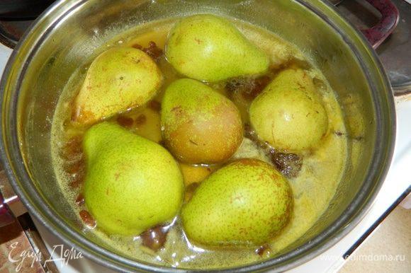 2. В сковороде растопить сливочное масло, добавить апельсиновый сок, ввести сахар, довести до кипения и проварить 2 минуты. Груши разрезать пополам и вынуть сердцевину. В апельсиновый сироп ввести изюм и положить груши срезом вниз, томить под крышкой 5 минут