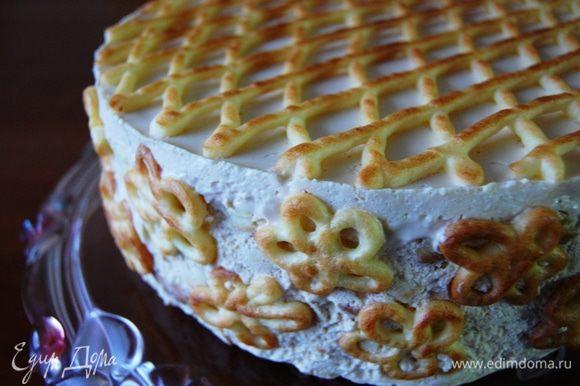 ....перенести тортик на красивое блюдо и украсить борта цветочками, они великолепно крепятся на крем... Торт готов!!!
