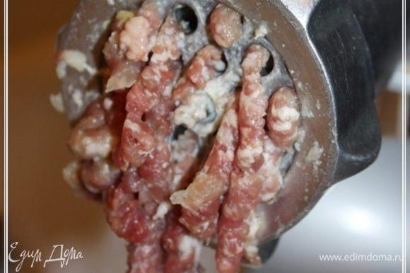 И … конечно, лучше всего измельчить мясо и прочее ножами, добившись того самого реального рубленого фарша. Я же использовал мясорубку. Правда, решетку взял самую широкодырчатую. Чтобы, значит, добиться фарша погрубее.
