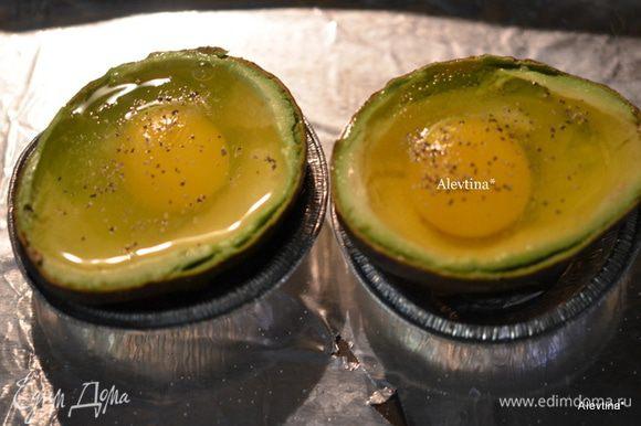Обжарим бекон до хруста. Поломаем бекон на части на тарелочке. Выльем по яйцу в каждую половинку. Посыпаем солью и перцем,беконом. Поставим в разогретую духовку на 200 гр. на 20 мин. или в зависимости от того, как вы любите - чтоб яйцо схватилось крепко или слегка.