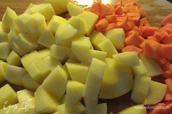 Картофель и морковь порежьте на квадратики и положите в кипящий бульон.