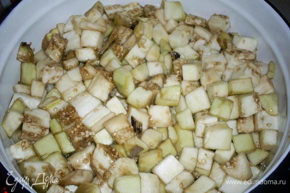 В кипящий маринад добавить нарезанные баклажаны. Сначала жидкости будет маловато, но затем баклажаны пустят сок и ее количество станет оптимальным.
