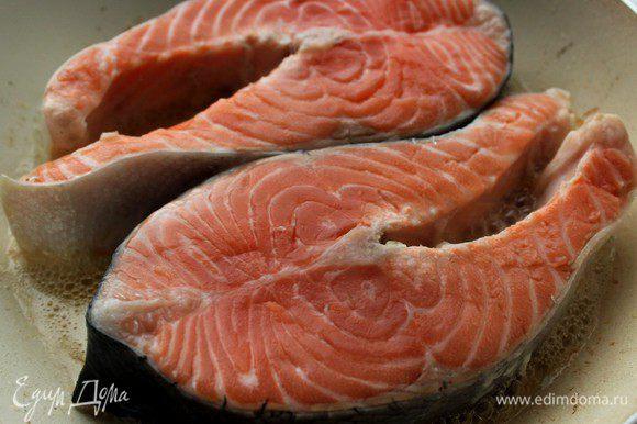 Обжарить рыбу на оливковом масле по 2 минуты с каждой стороны.