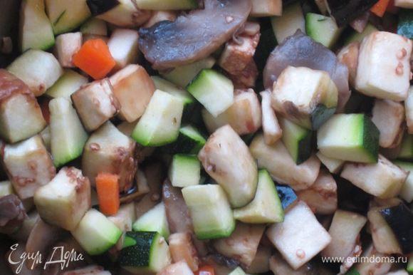 На сковороде разогреть 4 ст.л. оливкового масла и обжарить грибы 5 минут. Добавить овощи и тушить под крышкой 20 минут, посолить.