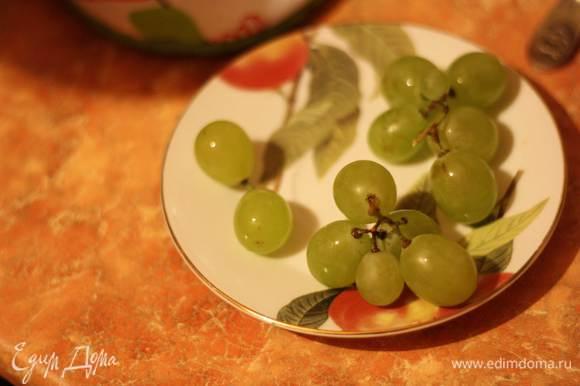 Разделим его на грозди по 3-4 ягодки, либо отделим аккуратно каждую. Стерилизованную банку наполним виноградом. Не утрамбовываем!