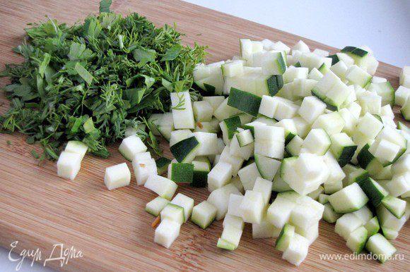 Цукини нарежьте мелким кубиком, зелень измельчите.