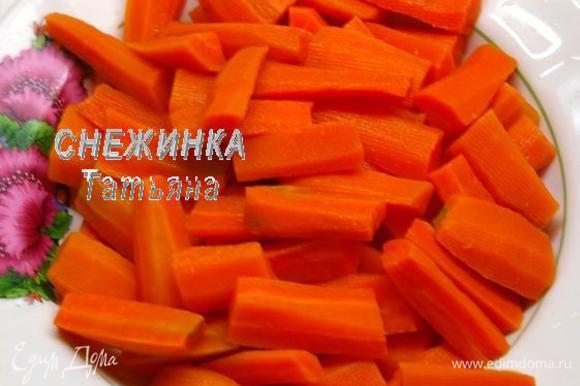 По истечении времени вынимаем морковь шумовкой и сразу же обдаём холодной водой.