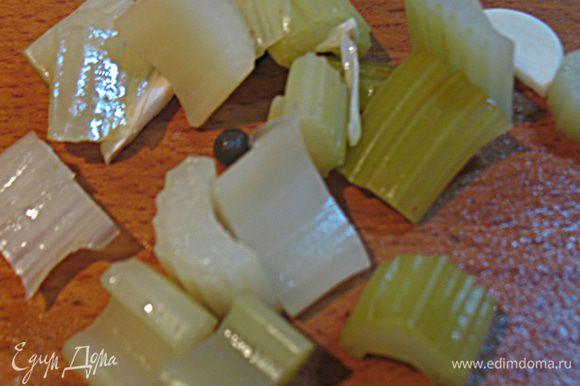Порезать кусочку сельдерея на небольшие кусочки длиной 0,5-1 см. Это нужно сделать, чтобы он быстрее промариновался.