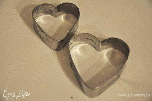 Вырезать большой формочкой сердечки. Этой же формочкой вырезать сердечки из ветчины,а формочкой поменьше - сыр. Украсить укропом.