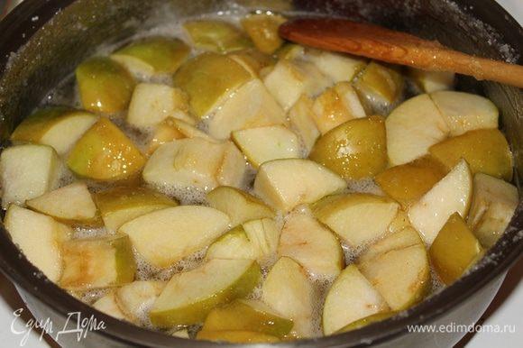Сахар должен растворится, затем варить на медленном огне, иногда помешивая, примерно 15минут.