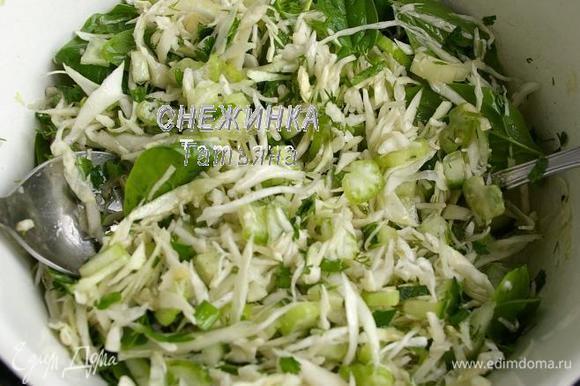 Зелень измельчаем, добавляем в салат, перемешиваем. Заправляем салат.