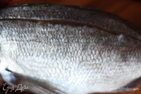 Для начала разделаем рыбу. Рыбу вымыть, очистить от чешуи и ополоснуть водой. Удалить жабры. На спинке сделать 2 глубоких надреза вдоль хребта (не прорезая рыбу насквозь).