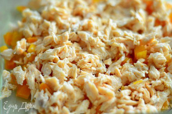 Удалить все косточки с лосося,нарезать морковь с рыбкой.
