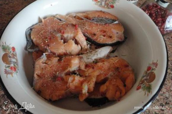 Рыбу нарезать небольшими кусочками, посолить, поперчить (рыба любит розовый перец) и оставить настояться минут на 20.