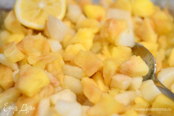Фрукты пустили свой сок и стали мягкими, добавить лимонный сок, ваниль. Остудить.