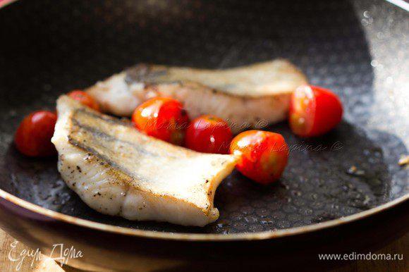 Филе судака разрезаем на порционные кусочки, солим и перчим. Кладем на раскаленную сковородку с маслом шкуркой вниз. Жарим на большом огне, прижимая рыбу первые 30 секунд лопаткой. Добавляем в сковородку томаты черри, разрезанные на половинки. Рыбу переворачиваем, когда шкурка станет румяной и хрустящей. Жарим на другой стороне ещё 5-7 минут.