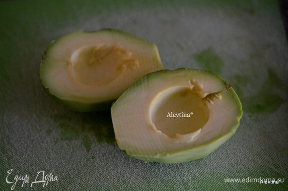 Очистим авокадо от кожуры и ядра. Порежем тонкими дольками.