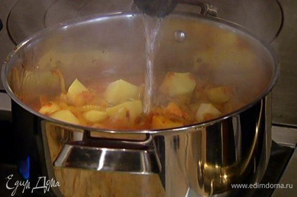Влить в кастрюлю примерно литр кипятка, так чтобы мясо и овощи были покрыты жидкостью, закрыть кастрюлю крышкой и тушить на медленном огне 1–1 1/2 часа до готовности мяса.
