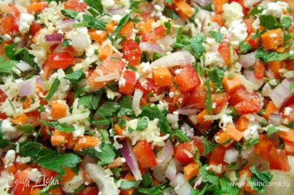 Соединить в отдельной тарелке петрушку, творог, перец, лук, сыр и тыкву. Если хотите – добавьте соль и перец. Я этого делать не стала.