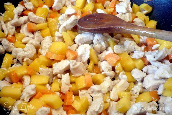 Теперь соединяем курочку с манго и морковью. Добавляем рис. Перемешиваем нашу начинку.