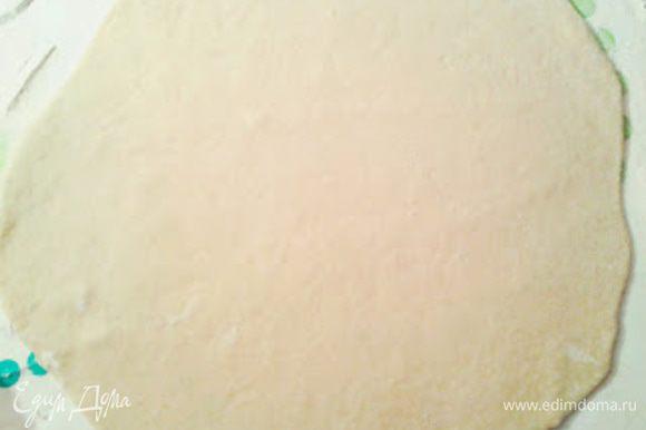 Тесто делим на 2 части и раскатываем из каждой лепешку, толщиной 3 мм.