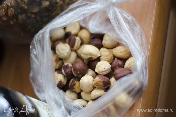 В ступке измельчить орехи и добавить в тесто. Слепить из теста 12 лепешек, выложить на застеленный пергаментом противень и посыпать кунжутом.