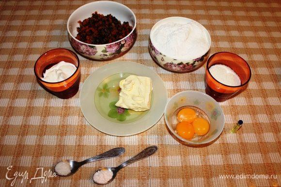 Подготовить ингредиенты для теста. Масло оставить при комнатной температуре примерно на 1 час. Изюм и курагу пропустить через мясорубку. Отделить желтки.