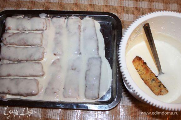 Тем временем, приготовить крем. Для этого взять сметану, постепенно добавляя сахар, взбить на небольшой скорости миксером в крем. Убрать в холодильник на 10-15 минут. Сборка торта. Каждое полено окунуть в крем и уложить плотно друг к другу, причем, каждый последующий слой укладывается поперек предыдущего. Это и есть поленница:)