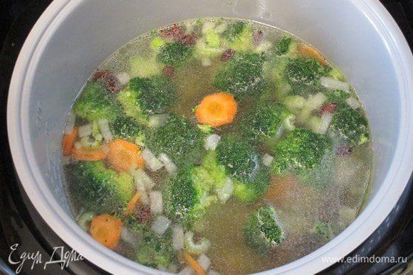"""Влейте мясной бульон на косточке, обычно он уже солёный. Когда начнется закипание, то добавьте кусочки помидоров (со шкуркой или без - по воему вкусу) и """"шайбы"""" шпината. Мультиварка - это медленноварка, поэтому приготовление дольше, чем если это был бы суп на плите. Минут за 10 до окончания режима """"тушение"""" добавьте сухие итальянские травы с паприкой и досолите по вкусу."""