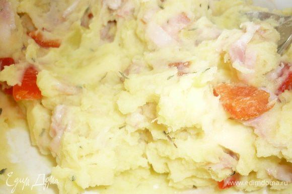 А теперь все крошево легким движением руки смешиваем с картошкой. Держитесь. Это уже вкусно. Потрусите над массой немного сухого тимьяна. Волшебный аромат заполнит кухню и ее окрестности.