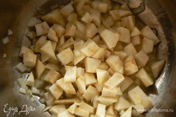 В кастрюле на сливочном масле обжарьте корнеплоды до светло-золотистого цвета. В конце добавьте чеснок и жарьте еще минуту.