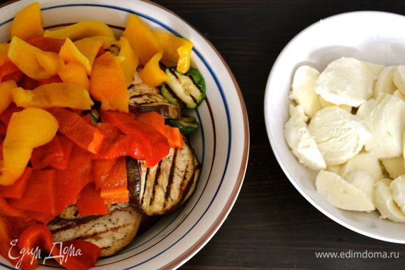 Баклажан и кабачки нарезать кружочками по 5 мм, сбрызнуть оливковым масло, немного посолить и поперчить и обжарить на сковороде гриль партиями. Сложить все подготовленные овощи в одну миску.