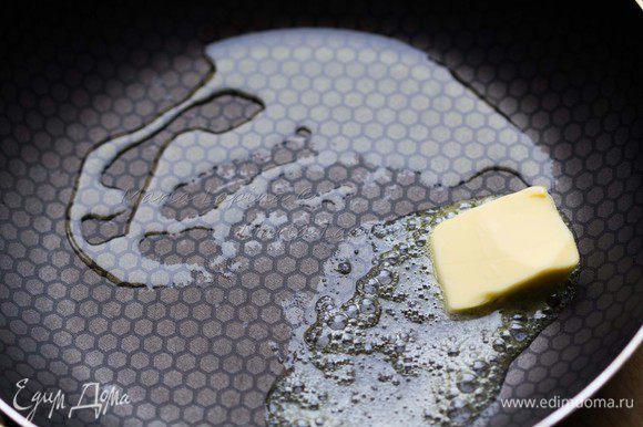 Разогреваем смесь сливочного и оливкового масла на сковороде и отправляем туда лук.