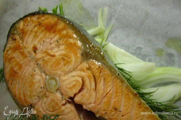 Разогреть сковороду, добавить немного оливкового масла. Обжарить стейк с двух сторон, буквально по 3 минуты с каждой стороны. Для образования золотистой корочки. Переложить стейк в конверт.