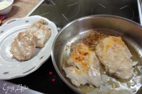 В сковороде разогреть масло, обжарить грудки с обеих сторон по 5 минут и переложить на тарелку.