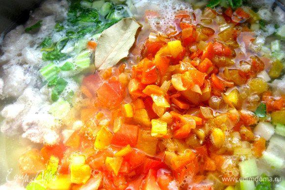 Отправляем вместе с зажаркой в суп...Добавим лавровые листики.