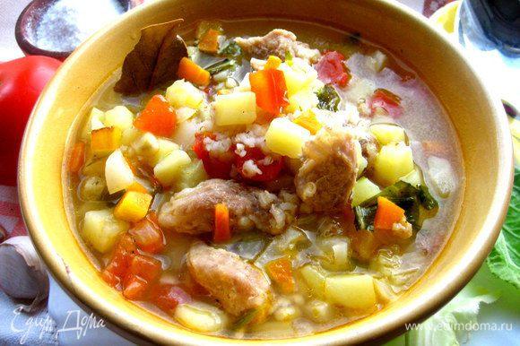 Разливаем по порциям,особенно приятно кушать такой суп из керамической посуды)))