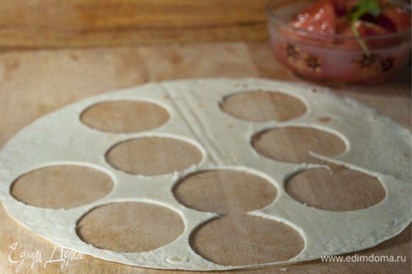 В это время из лаваша вырезаем тонкие шайбочки и тарелку для микс-салата.
