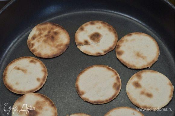 Шайбы обжариваем на сковороде, а тарелку помещаем в духовку, чтобы придать форму, после того как достанем мясо и дадим ему отдохнуть.