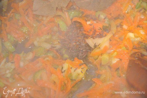 Морковь натрите на крупной терке, лук нарежьте полукольцами, сельдерей и чеснок пластинками. Разогрейте в кастрюльке пару ст.л. оливкового масла и потушите морковь, лук, сельдерей и чеснок на медленном огне пару минут.