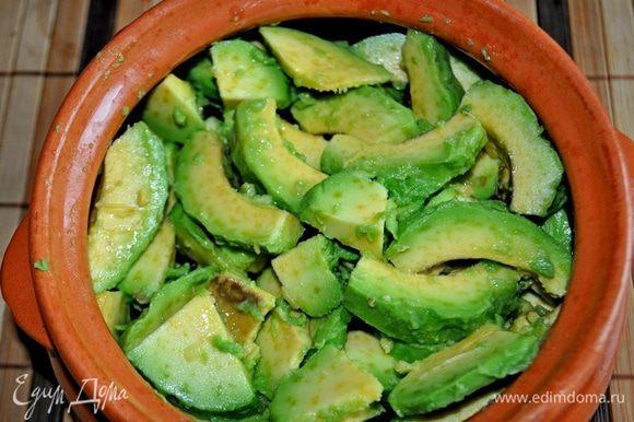 Авокадо очистить от кожуры и косточки, сбрызнуть лимонным соком, нарезать тонкими ломтиками. В горшочек выложить фасоль со специями, сверху ломтики авокадо,