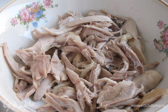 Если бульон к этому времени уже сварился, то можно вынуть курицу. Достать из бульона луковицу и морковку и выбросить. Курицу охладить и отделить мясо от костей. Мясо разделить на маленькие кусочки.