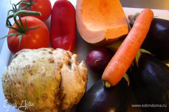 Вот примерный набор овощей для этого супа (я не все использовала: только кусочек корня сельдерея и 2 баклажана).