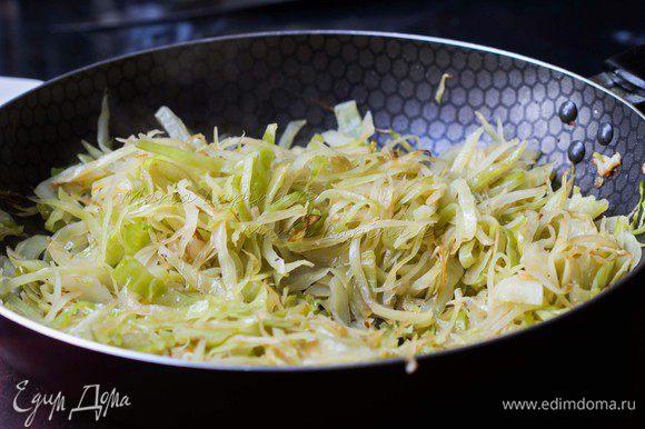 Добавим в сковороду капусту, обжарим её минут 5-10 пока она не станет мягкой и золотистой. Если потребуется, можно добавить ещё оливкового масла. Добавим соль, смесь перцев и любимые итальянские травы. Накроем крышкой, уменьшим огонь и оставим томиться до полной готовности минут 15-20. При необходимости добавьте немного воды.